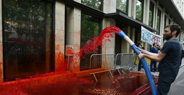 Paris : the headquarters of the Medef to spray fake blood by militants of Extinction Rebellion