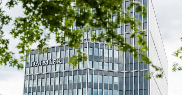 Quarterly loss parent company of Mercedes-Benz's lower-than-expected
