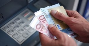 Customers precarious : bank fees down...